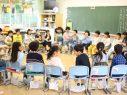 教室で輪になる子どもたち