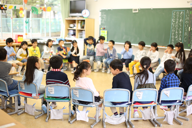 教室で輪になって座る子どもたち1