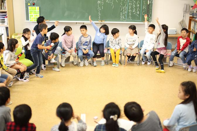 教室で輪になって座る子どもたち2