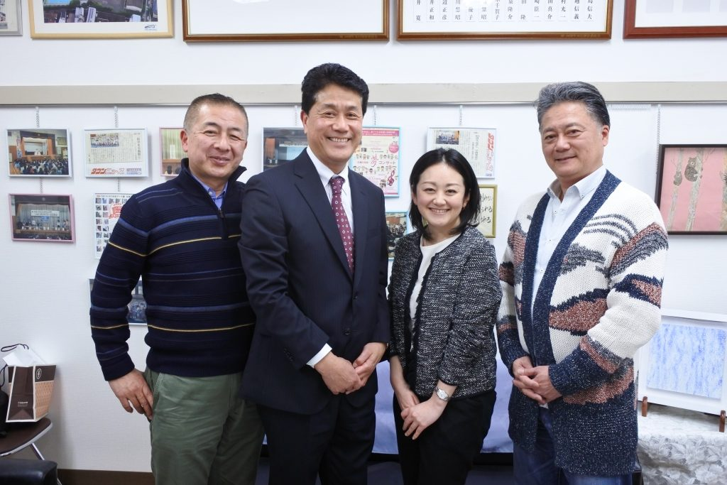 藤川優・元PTA 会長、鈴木秀一校長、北原理絵PTA 会長、横田竜一後援会会長