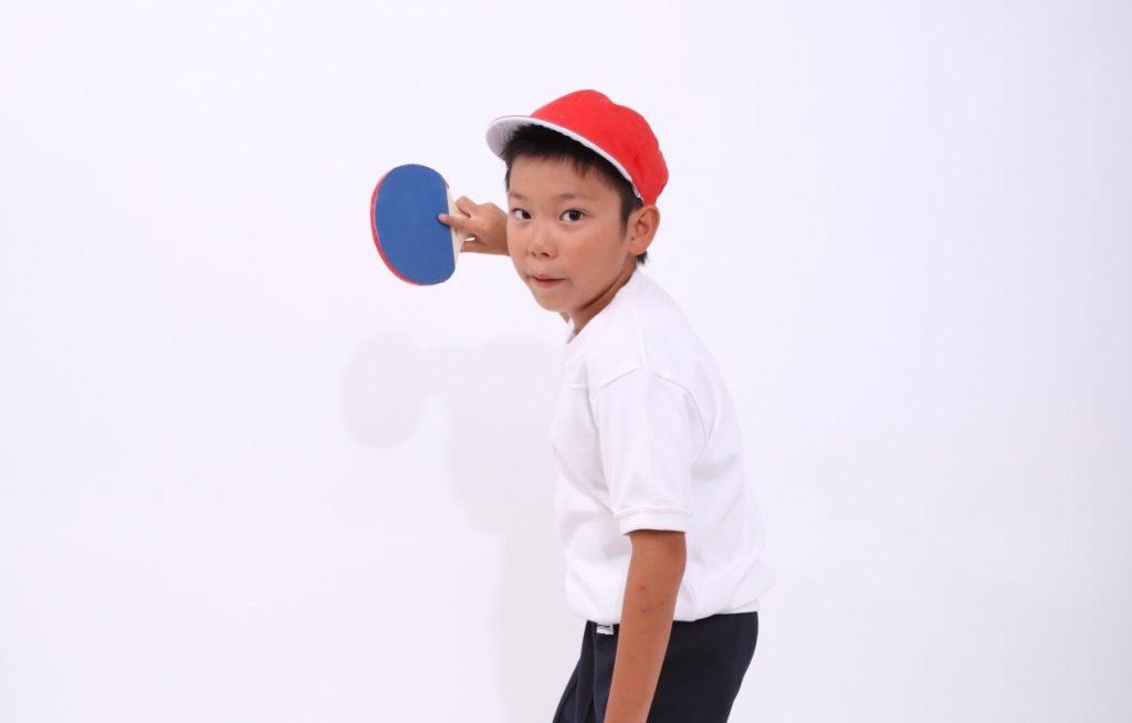 卓球する小学生の男の子