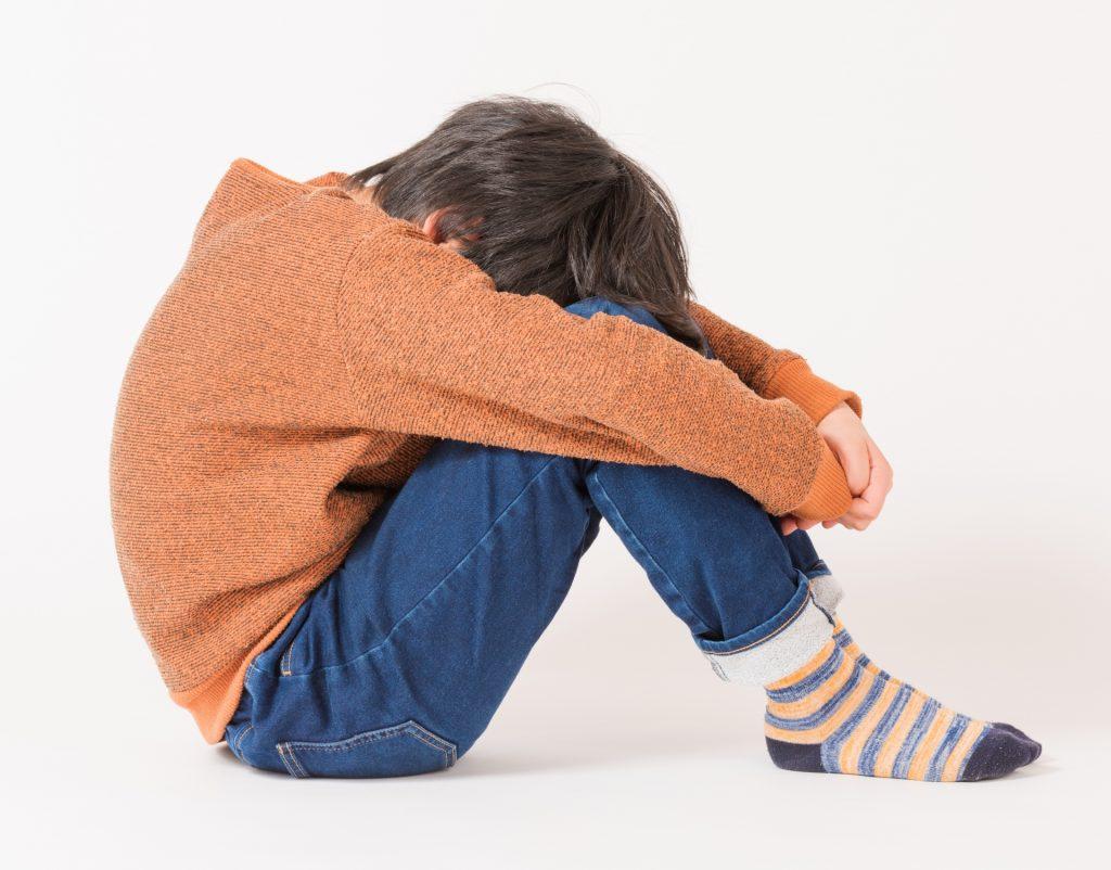 悲しんでいる子供のイメージ