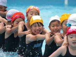 水泳授業中の子どもたち