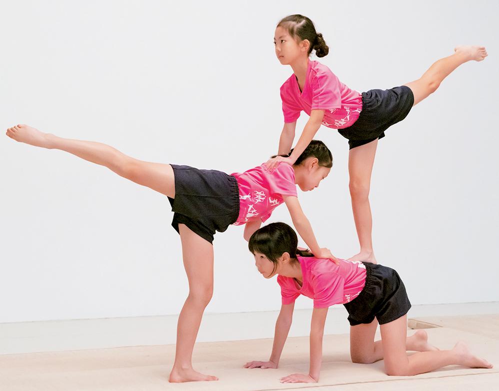 組体操の3人技・九十九折り