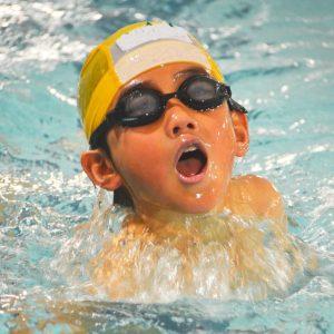 泳ぐ小学生のイメージ