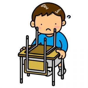 机と椅子を片付ける子ども