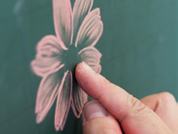 花先から中央に向かって指先でぼかす