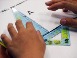 三角定規で算数の問題を解く子ども