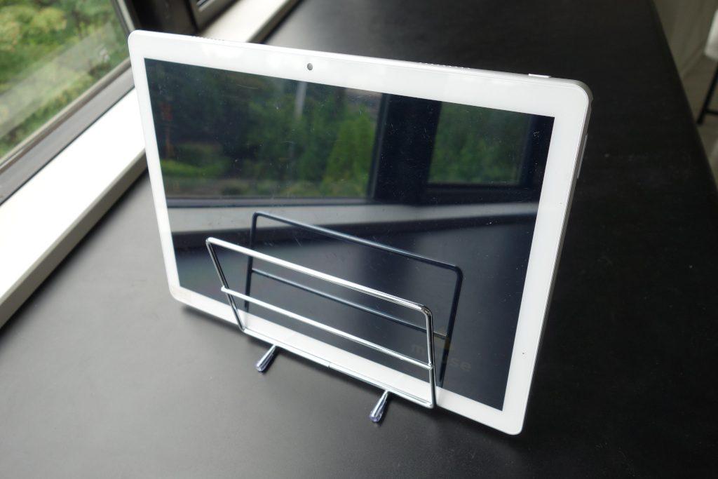 100円ショップまな板スタンドを活用したタブレットPCの置き方