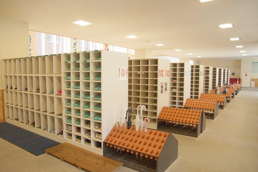 糸魚川小学校、ひすいの里総合学校両校の児童が使う昇降口。