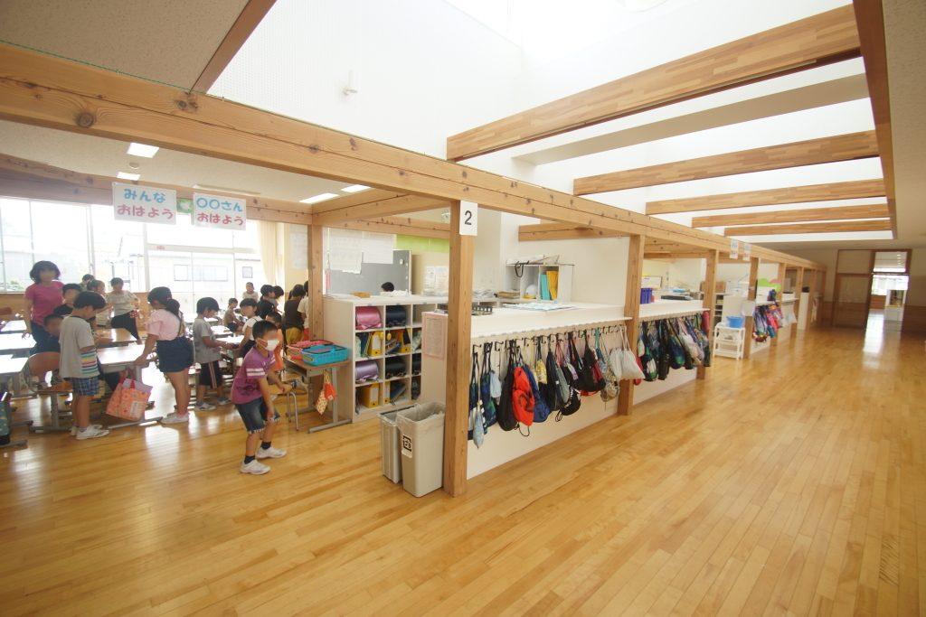 オープンスペースと教室の間には、ロッカーがつくられ、独立性も確保している。