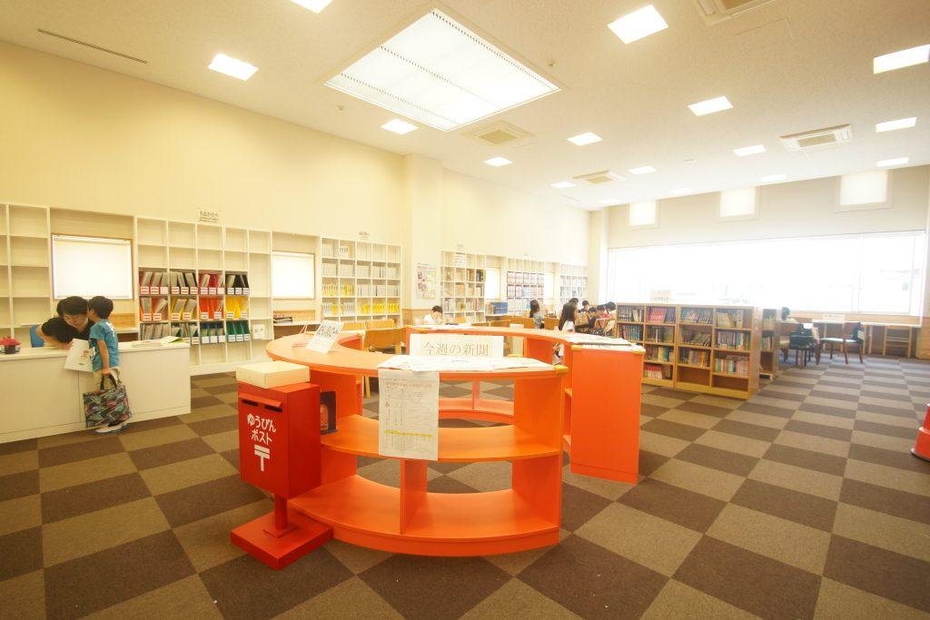 両校の児童が共通で利用できる図書館は、開放感があり明るい雰囲気だ。
