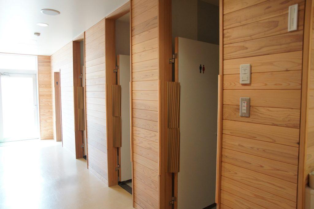 総合学校の安全性に配慮したトイレ。