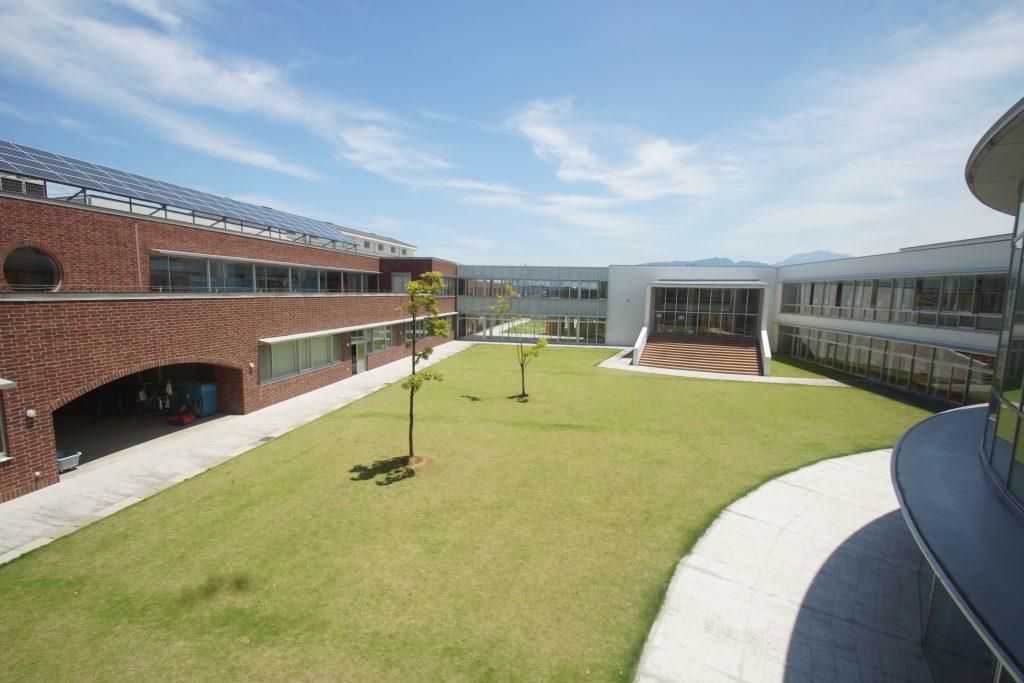 きれいに整備された中庭は、子どもに人気の遊び場のひとつだ。