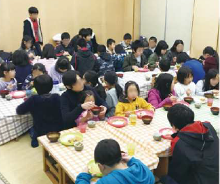 子どもの居場所づくり支援事業を担当する野村氏は、 「孤立してしまっている子どもたちに、まずは手作りの料理のおいしさや、皆で食事をとることの喜びを味わってほしい」と話す。
