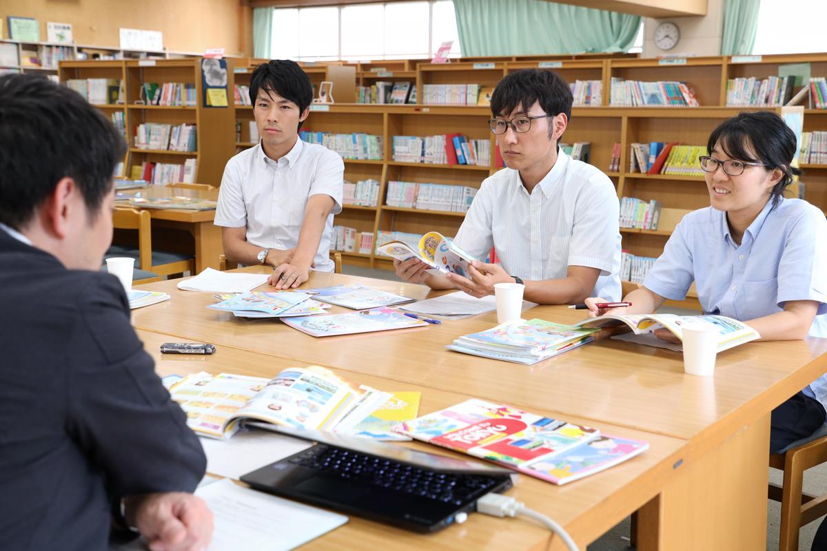 白石先生の話を聞く川崎教諭、吉野教諭、永渕教諭。