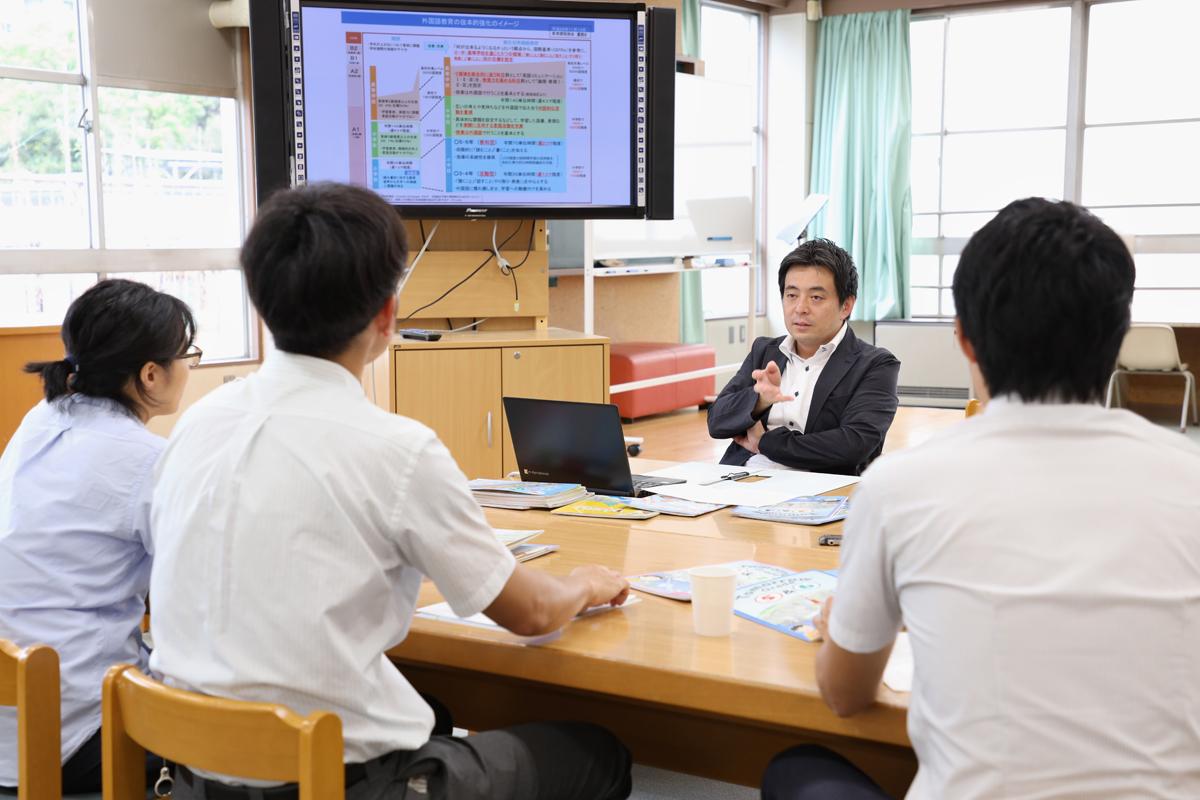 川崎教諭、吉野教諭、永渕教諭に話をする白石先生。