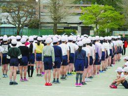 朝会で6年生が整列を指導