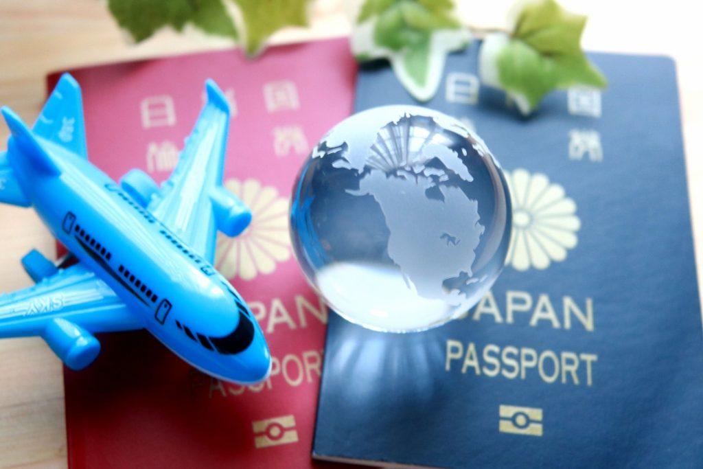 パスポートと飛行機~留学のイメージ