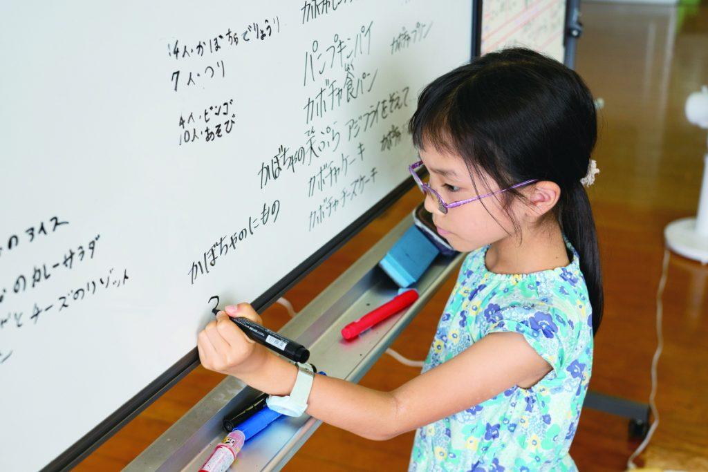 クラスミーティングでは、小学2年生が意見を板書していた。