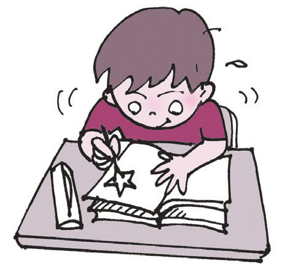 教科書の挿絵の星をノートになぞって描きうつす子
