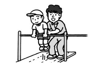 子供の腰を持ち上げて鉄棒の補助をしている先生
