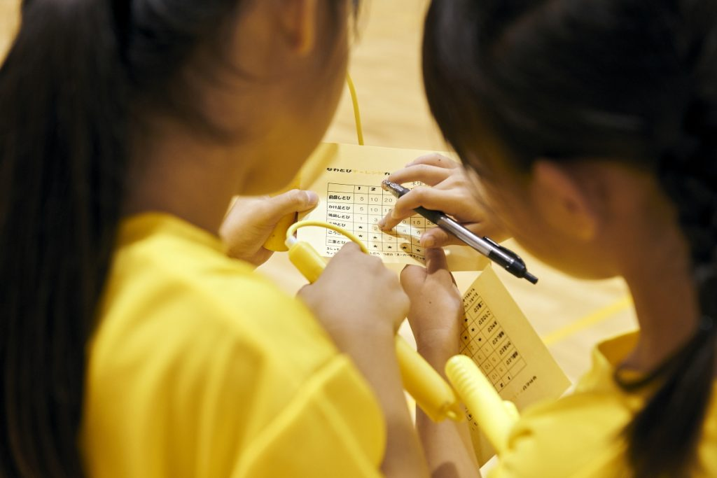 チャレンジカードは子ども同士で交換して、互いにチェックします
