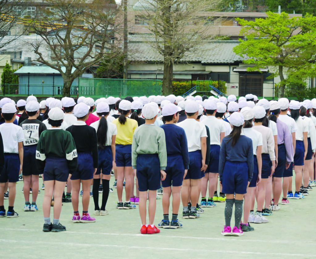 全校朝会のイメージ・校庭に並ぶこどもたち