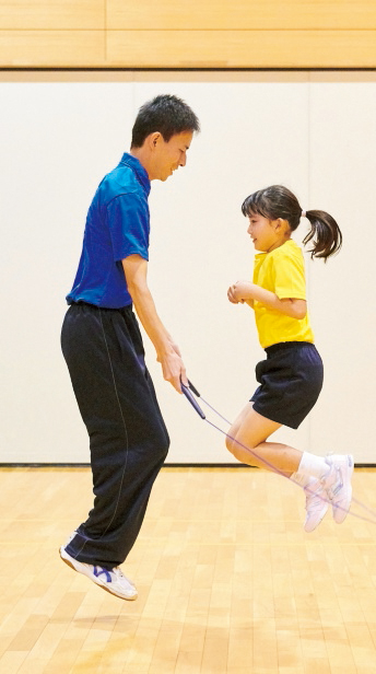 子供に協力してもらい、例を実演します。