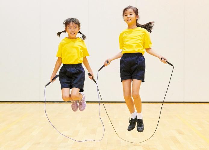 例3/横に並んでなわを持ち、二重跳びをします。最初に数回前回し跳びをしてから二重跳びに入るとき、何回目で二重跳びに入るかを相談します。二重跳びを1回跳ぶことができたら、成功になります。