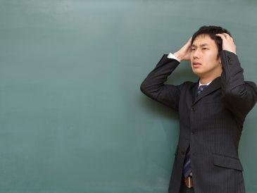 頭を抱える教師