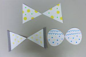 蝶々の羽は、三角や涙型に切った白い厚紙に、マスキングテープや丸いシールを貼って作りました。
