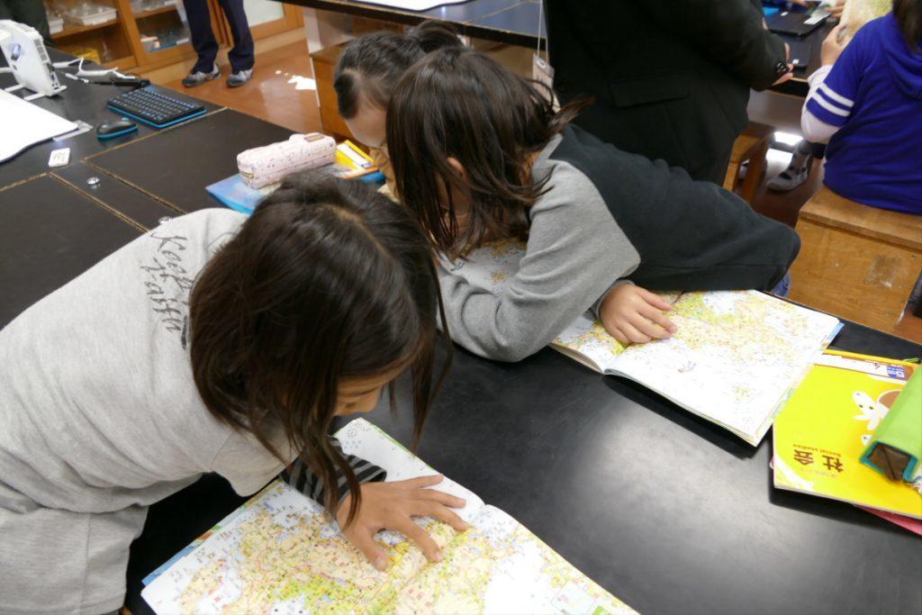 都道府県クイズに夢中になる子どもたち。