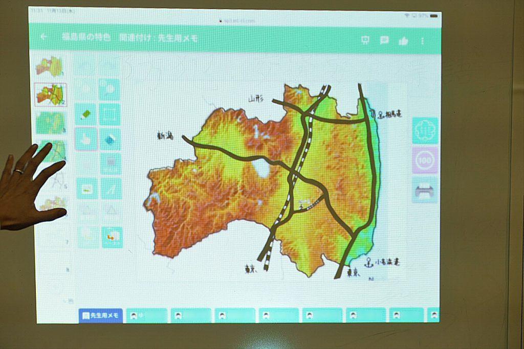 土地の標高の高さが色で示された地図と主な交通網が示された地図を重ねた資料。
