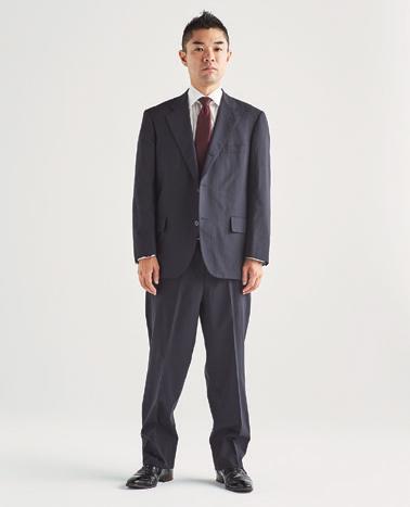 サイズの合っていないスーツを着用している男性