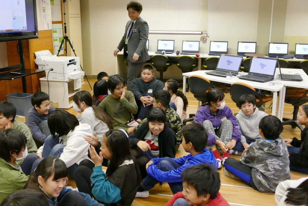 授業開始前にペアトークをする子供たち。楽しそう!