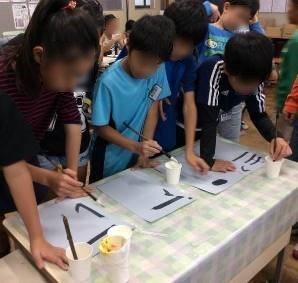 水書板で練習する子ども達