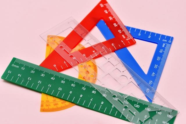 三角定規、定規のイメージ写真