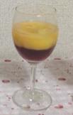 ③ガムシロップを加えてよく混ぜ、オレンジジュースを入れる。