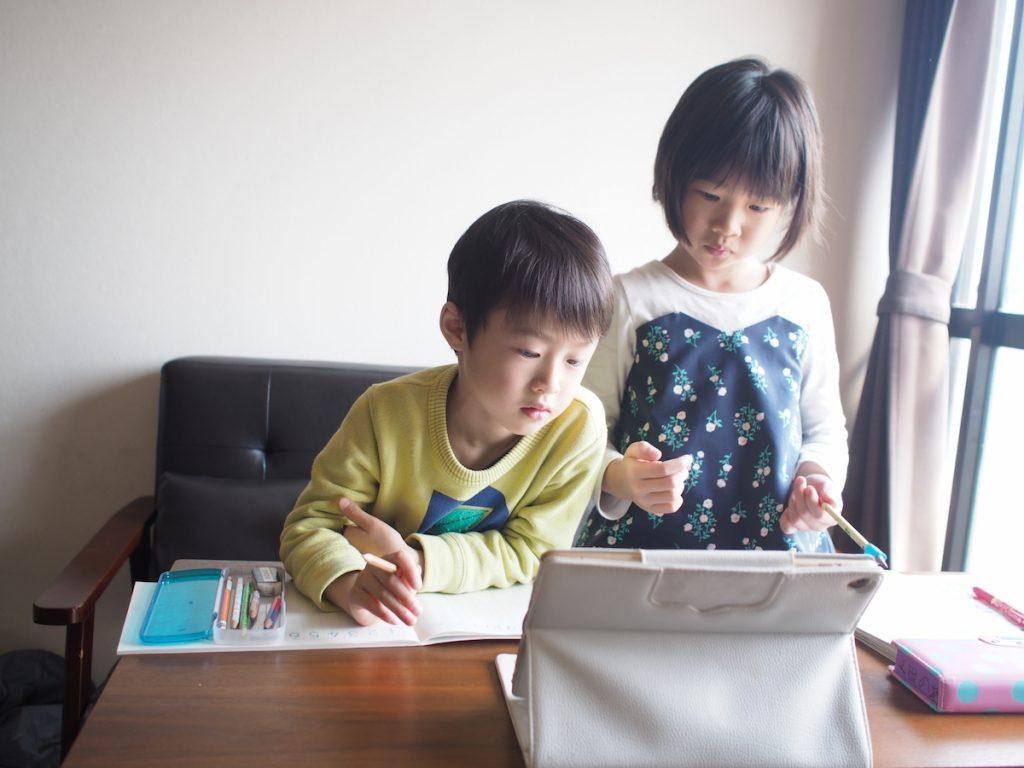 自宅学習をする子