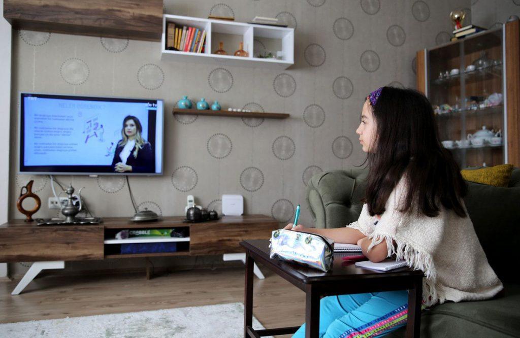テレビでEBAを視聴する子ども
