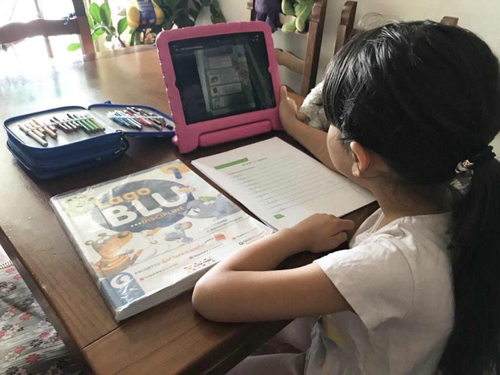 タブレットを使って学習する子ども
