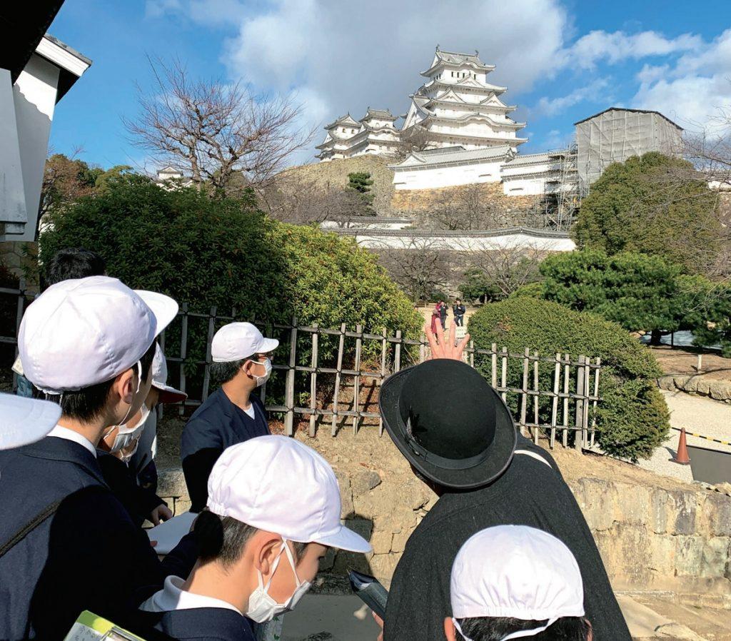 姫路城を見学する児童