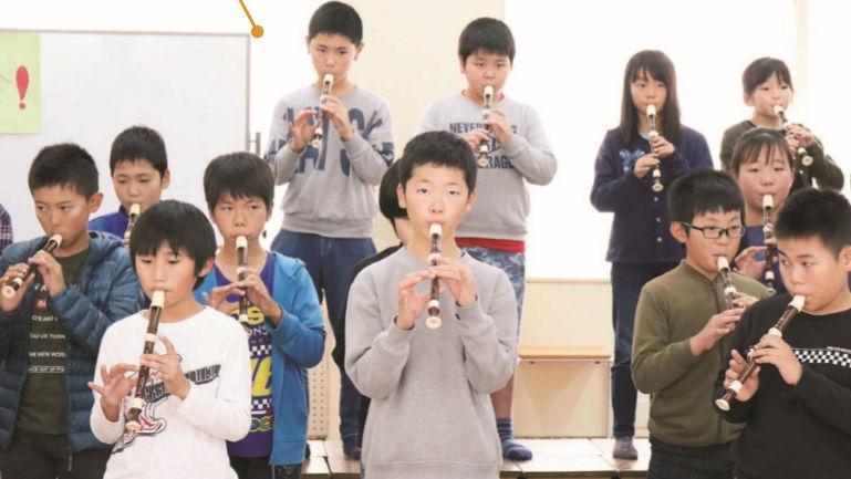 「5の4発表会」で演奏する子供たち
