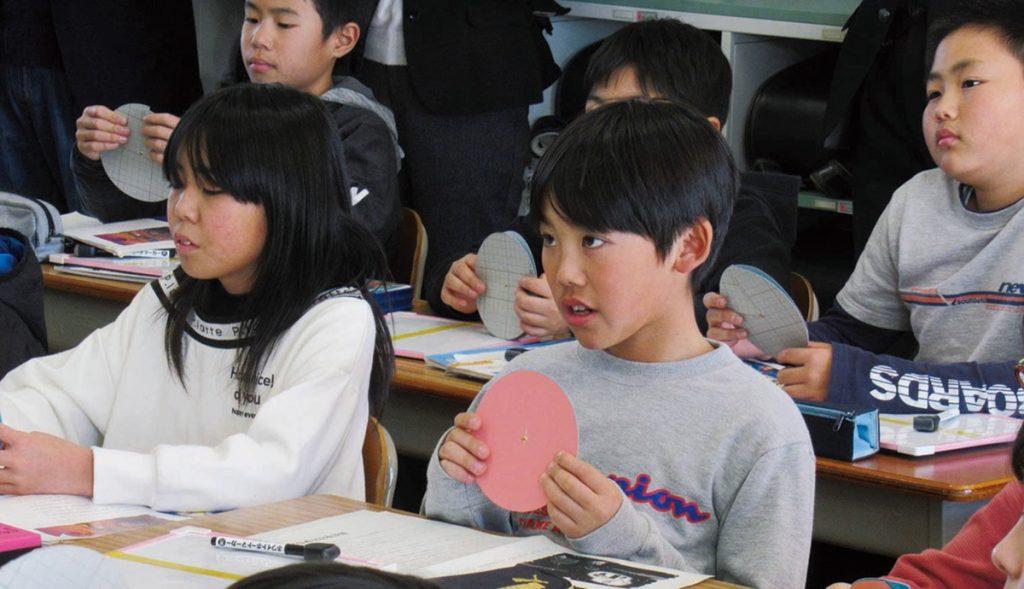 授業に取り組む子供たち