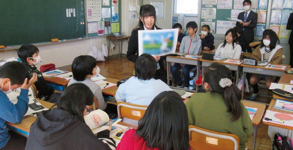 絵を提示しながら読み聞かせをする津島教諭
