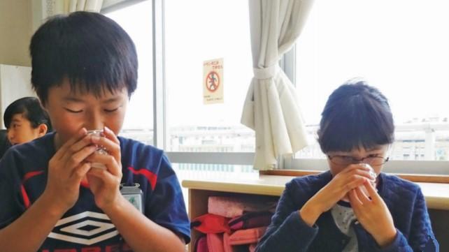米(A)と米飯(B)の香りを比べる子供たち