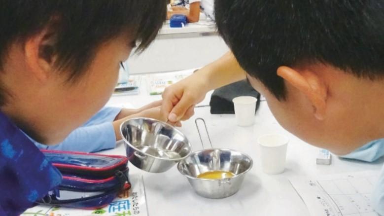 試飲用の液を作る子供たち