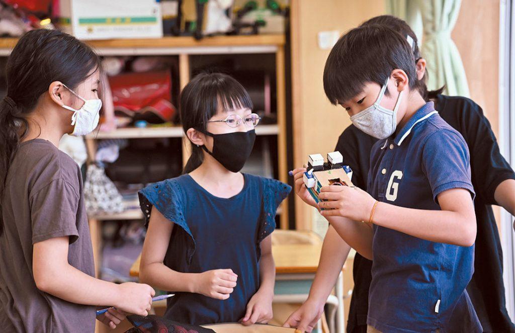 クラスにはembotがあり、児童が作成したプログラムで動かすことができます。実際の動く様子を見ると子どもたちは感動します。