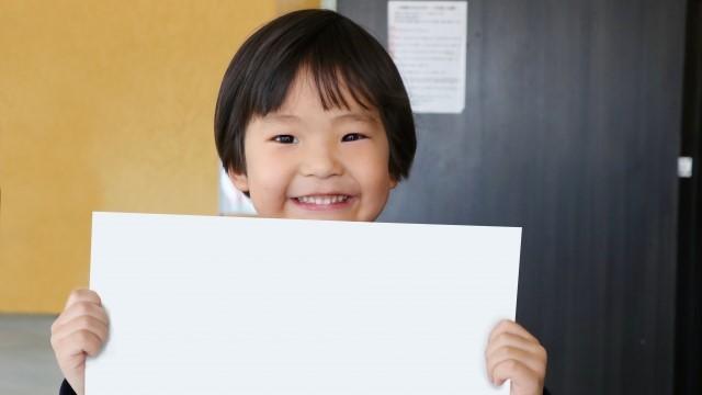 発表する子供の写真